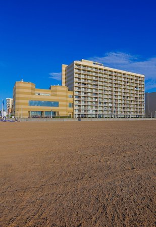 Beach Quarters Resort: Oceanfront Hotel