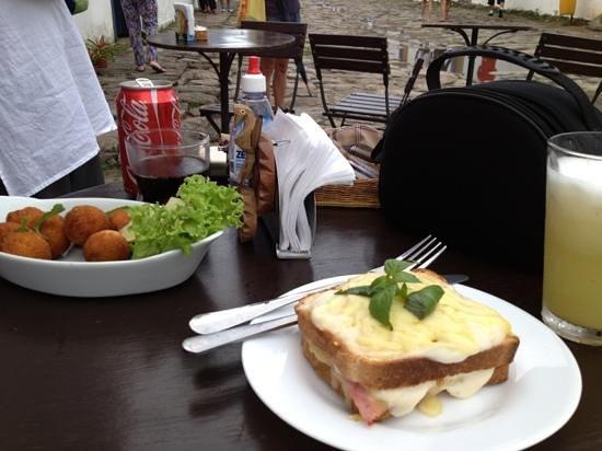 Divino Cafe Paraty: bolinho de aipim com carne seca e o lanche croque monsieur