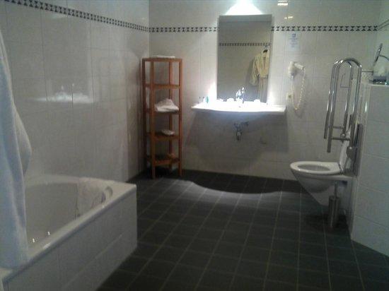 Hampshire Boshotel Vlodrop: espace salle de bain equipée wc / baignoire et douche italienne