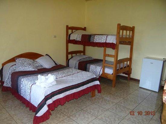 Cabinas El Pueblo Bed & Breakfast: Habitaciones en el area del balcon