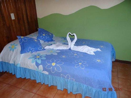 Cabinas El Pueblo Bed & Breakfast: Habitacionesprivadas  baño compartido