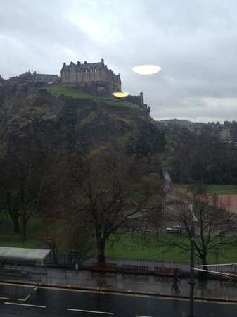 Premier Inn Edinburgh City Centre (Princes Street) Hotel: Our view of the castle from our hotel room