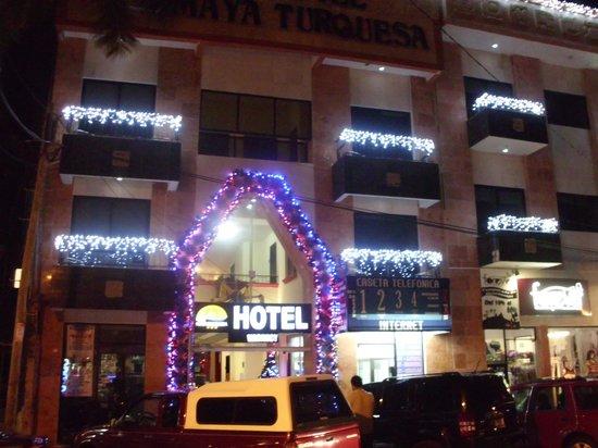 Hotel Maya Turquesa: Fachada del hotel. Alrededor hay dos cibercafés.