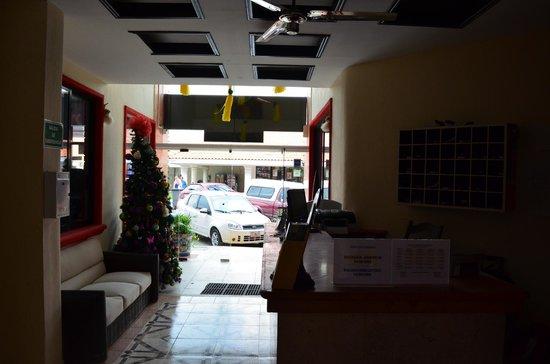 Hotel Maya Turquesa: Recepción. Vista a la calle.