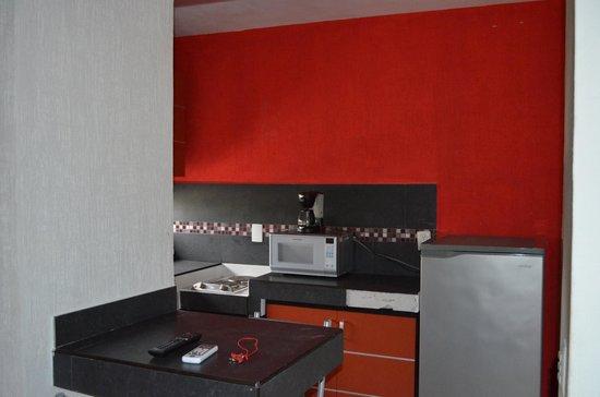 Hotel Maya Turquesa: Vista enfocándose en el refrigerador y su tamaño.