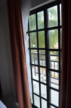 Hotel Maya Turquesa: Puerta de cristal al balcón.