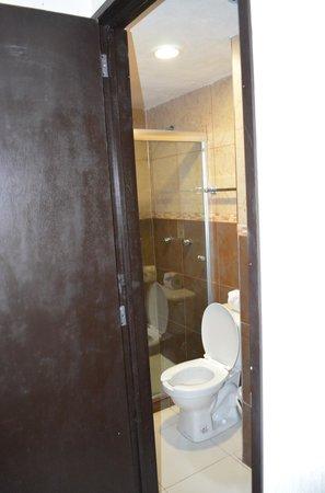 Hotel Maya Turquesa : Baño completo. Tienen agua caliente, champú y jabón, pero no estropajo.