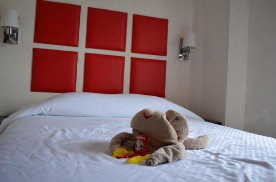 Hotel Maya Turquesa : Cama con toalla en forma de animal.