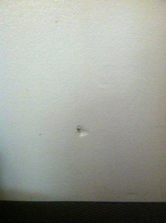 Days Inn Morrilton: hole on wall