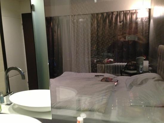 Hotel Agon am Kurfürstendamm: blick von der dusche ins zimmer