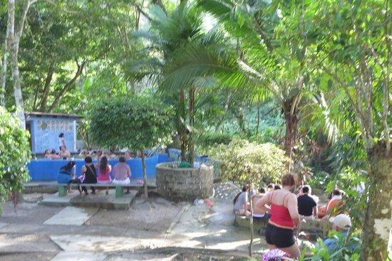 Los Pozos Termales : à droite:bain de pieds, à gauche l'autre bassin pour le corps