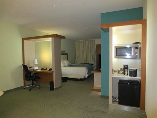 SpringHill Suites Hartford Airport/Windsor Locks : The well lit desk & kitchenette