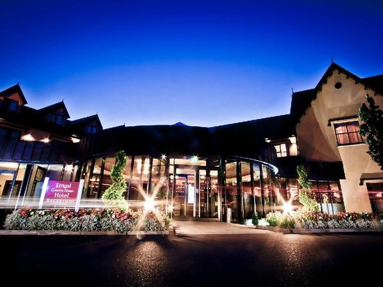 Errigal Country House Hotel: Hotel At Night