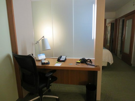 SpringHill Suites Hartford Airport/Windsor Locks: Work area separate from bed