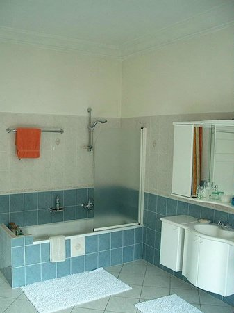 Brussels Guesthouse: a private bathroom