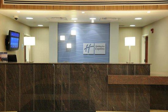 Holiday Inn Express Hotel & Suites Bonnyville: Front Desk