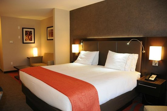Holiday Inn Express Hotel & Suites Bonnyville: One King Suite