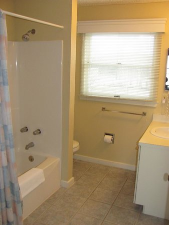 North Shore Inn: UPSTAIRS 2BD 2BA BATHROOM