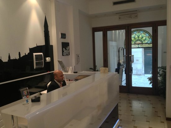 Alloggi Agli Artisti: Reception with concierge