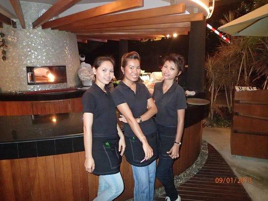 Havana Bar and Terrazzo (at Holiday Inn Pattaya): friendly staff pose for photo