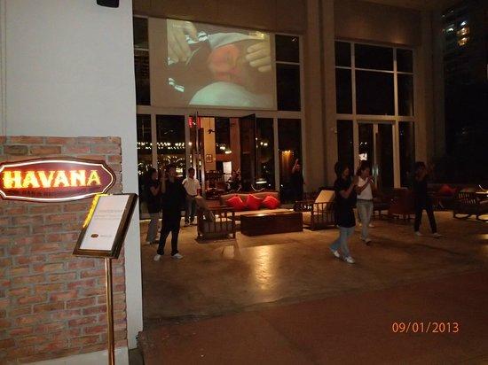Havana Bar and Terrazzo (at Holiday Inn Pattaya): staff dance for patrons