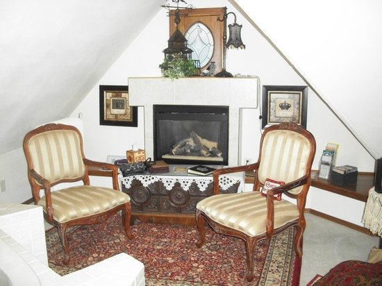 Franklin Street Inn: The fireplace area