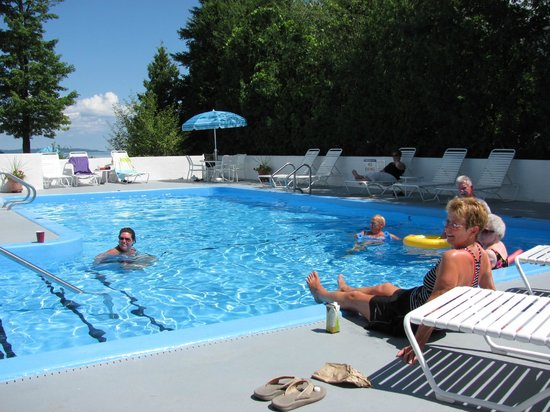 North Shore Inn: Outdoor Heated Pool
