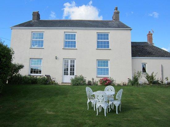 Clotworthy House B&B: Garden view of house