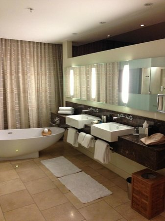 Trump International Hotel & Tower Panama: Sink and Bath Area of a Suite on a Curve