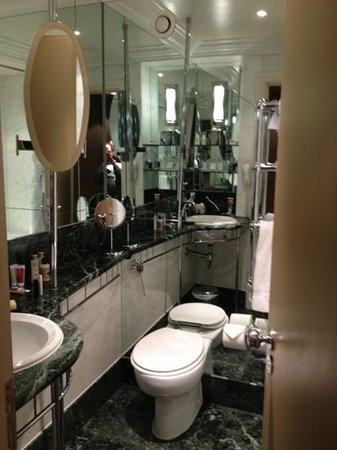 The Athenaeum Hotel & Residences: Bathroom with shower/tub combo (307)