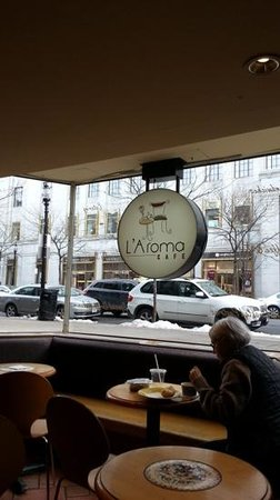L'Aroma Cafe: Bay Window, great space to enjoy the coffee and watch the world.