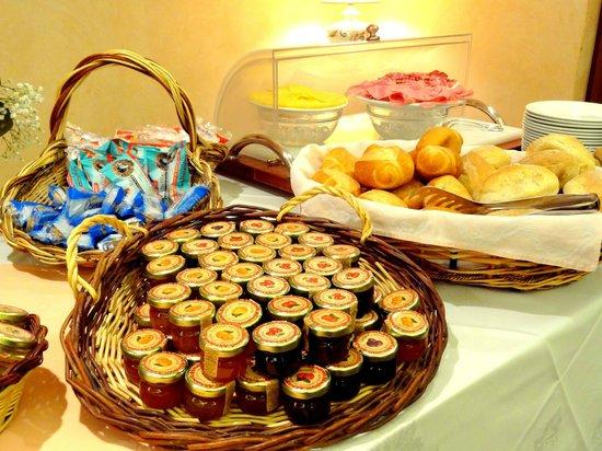 Hotel Diana : Pane e marmellata, biscotti e fette biscottate