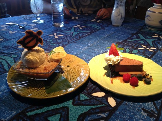 Mama's Fish House: Chocolate pie and Nut crisp