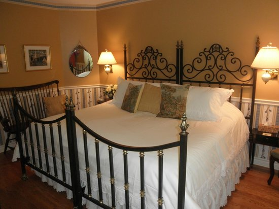 Two Bees Bed & Breakfast: Browning Room as King Bed