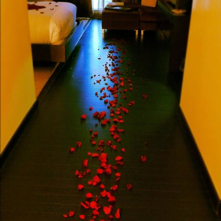 Hotel Sorella CITYCENTRE: rose petals on the floor
