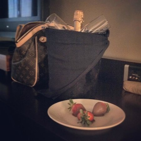Hotel Sorella CITYCENTRE: champagne and chocolate covered strawberries