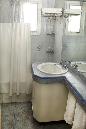 Torre San Jose Apartments: Baño con bañadera y ducha