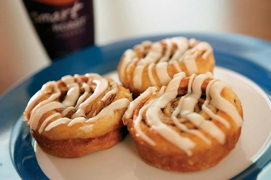 Holiday Inn Express Hotel & Suites West Long Branch: Scrumptious Cinnamon Buns