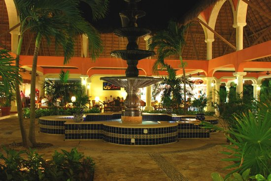 Grand Palladium Colonial Resort & Spa: This was outside one of the lobbies at night