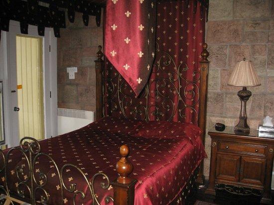 Auberge aux Nuits de Reve: Le lit avec la superbe literie