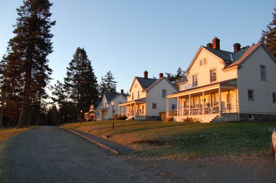 Fort Casey Inn: Sunrise rays on the Inn