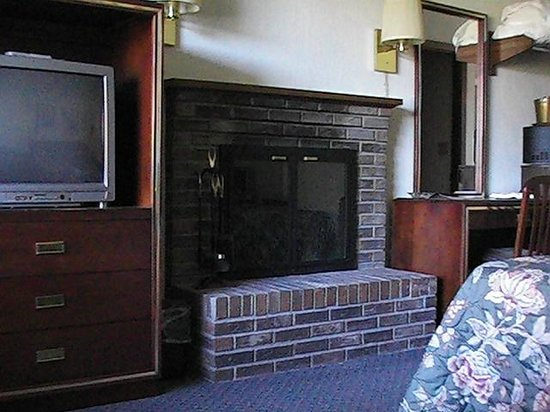 Highland Manor Inn & Conference Center: Woodburning Fireplaces