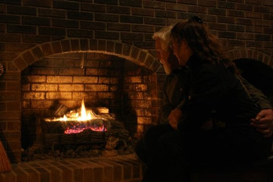Highland Manor Inn & Conference Center: Cozy by The Fire