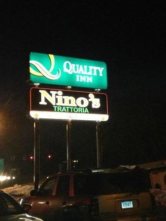 Quality Inn: Sign at night