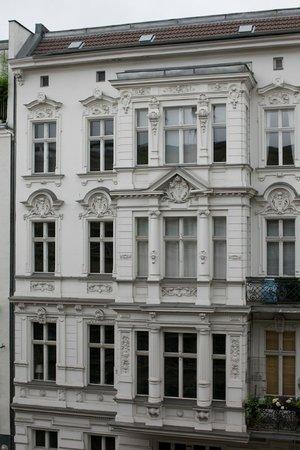 Ellington Hotel Berlin: Devant notre chambre, un vieil immeuble berlinois.