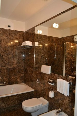 Parkhotel Laurin: beautiful spacious bathroom