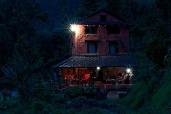 Samari Ghar and Lodge: The house in the evening