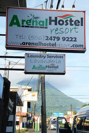 Arenal Hostel Resort: The hotel sign with Volcan Arenal behind