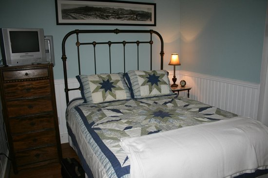 The Blue Heron Guest House: Comfy Bed