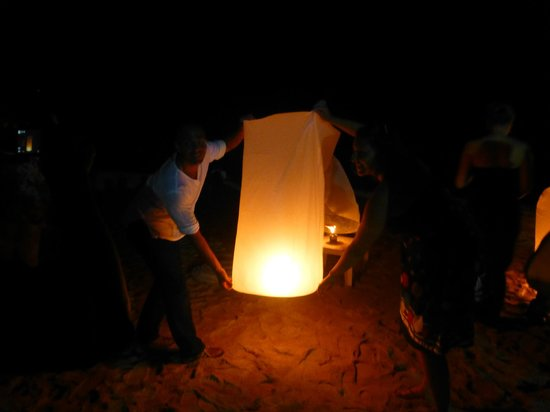 Layana Resort and Spa: lighting the laterns onthe beach